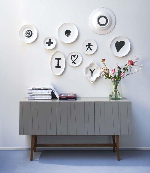 Samen met keramiekfabriek Royal Goedewaagen heeft vtwonen negen borden ontworpen met elk een uniek dessin.  Off white aardewerk met een dessin in donkergrijs. Elk bord is anders van vorm.