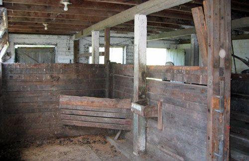 http://horseboardingsecrets.com/blog/wp-content/uploads/2009/02/oldbarn1.jpg