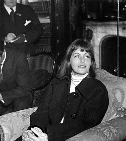 Greta garbo holds a press conference aboard a swedish ship for Garbo arredamenti
