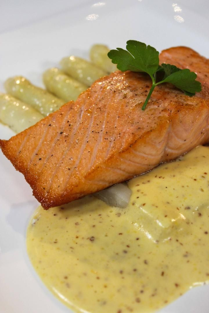 Bereiden:Schil de asperges en kook ze gaar in gezouten water. Giet ze af en schrik ze in ijswater. Bak de asperges vervolgens in een klontje boter. Kruid met peper, zout en nootmuskaat. Kruid de zalm en zout en peper. Bak de filets kort aan in een scheutje olijfolie. Zet de pan vervolgens van het vuur. Plaats de vis nu gedurende vijf minuten in een voorverwarmde oven van 200 graden.