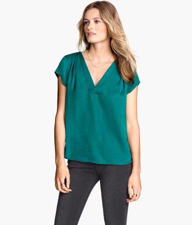 V-Bluse aus Webstoff mit kurzem Arm.