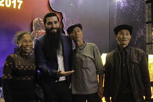 Những diễn viên quần chúng Việt trên phim có mặt ở Hà Nội tối 12/3. Tối 12/3, đạo diễn Jordan Vogt-Roberts và nhà sản xuất bộ phim đã có buổi chiếu phim miễn phí tri ân những người Việt tham gia bom tấn Kong: Skull Island tại Hà Nội. Đã có gần 10 diễn viên quần chúng từ Ninh Bình được ban tổ...  http://cogiao.us/2017/03/12/lo-dien-nhung-tho-dan-viet-ngoai-doi-cua-bom-tan-kong/