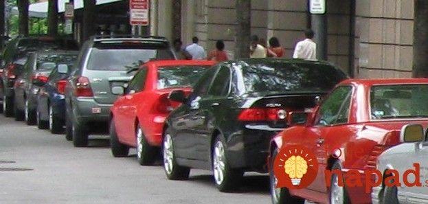 Máte problém s pozdĺžnym parkovaním? Jednoduchá pomôcka, s ktorou to zvládnete ako profesionál!