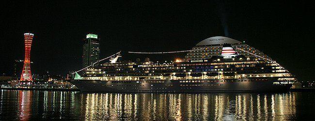 日本最大級の豪華客船 飛鳥2のイルミネーションと神戸港中突堤,神戸オリエンタルホテル・メリケンパークの夜景