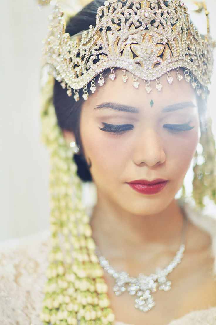Traditional wedding alert! The wedding of Jessica and Aldo is so glamorous and colorful. It is the kind of wedding that you will surely be mesmerized with.  on http://www.bridestory.com/blog/this-glamorous-traditional-wedding-will-leave-you-in-awe