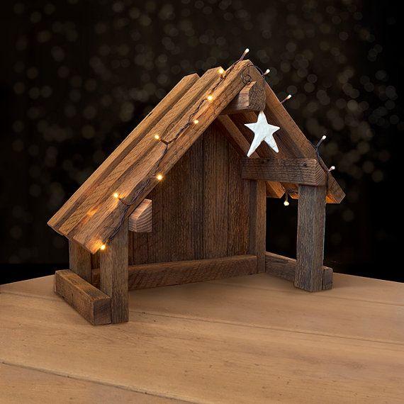 ~ ~ ~ BESCHREIBUNG ~ ~ ~ Handgefertigte Krippe aus aufgearbeiteten Scheune Holz - unsere schräge Dach Version ist asymmetrisch für zusätzliche Einzigartigkeit! Die perfekte Lösung für Ihre Weide oder andere Krippe Sammlerstücke anzeigen! * in Handarbeit mit Holz aus einer alten Scheune in Oregon. Ein wunderbares Stück rustikal, ideal für Ihre Krippenfiguren anfahren. Hängenden Stern kann ist im Preis inbegriffen (je nach Verfügbarkeit) jedoch variieren im Stil.   ~ ~ ~ GRÖßE ~ ~ ~ Ungefähre…