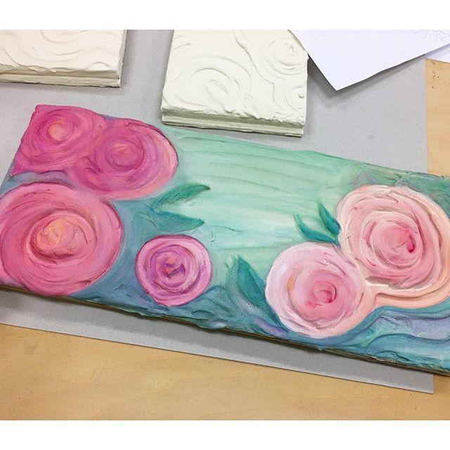 以前作っていたしっくいで立体絵にしていたボード。先日のマンガ教室の日に着彩し始めました。透明水彩なので何度も重ねて色を染み込ませていく感じ。 この画面の中にタマを描き込む予定です。  #しっくい #イラスト #illustration #薔薇 #のような #虹の橋の向こうの花畑 #水彩 #水彩画 #かぎしっぽのタマ #もとp #watercolorfukudamotoko2017/10/09 01:57:25