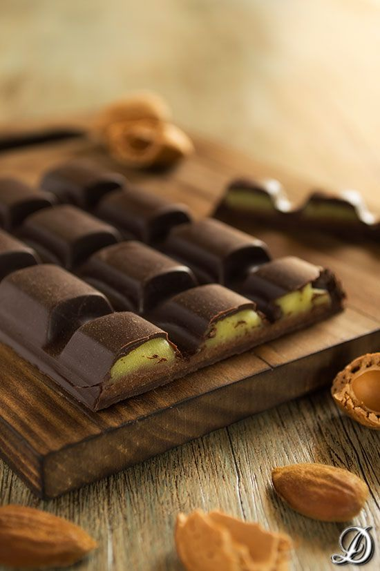 Tableta de Chocolate con Ganache de Aguacate y Crujiente de Almendra con Neulas