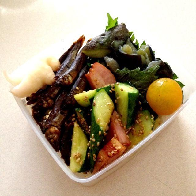 こんにちは。稚鮎の甘露煮(母作)、ベーコンとキュウリ炒め、茄子煮、しょうが、プチトマト - 13件のもぐもぐ - 稚鮎の甘露煮弁当 by みっちぃ