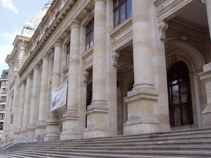 Der Postamtspalais / Das Nationale Museum für Landesgeschichte in Bukarest. In den Jahren 1894 bis 1900 wurde der prächtige ehemalige Postamtspalast vom Architekten Alexandru SAVULESCU gebaut. Er unterlag dem Einfluss des in Genf/Schweiz stehenden Bundespostamtspalastes. Heute ist hier der Sitz des Nationale Museums für Geschichte. Adresse: Calea Victoriei 12