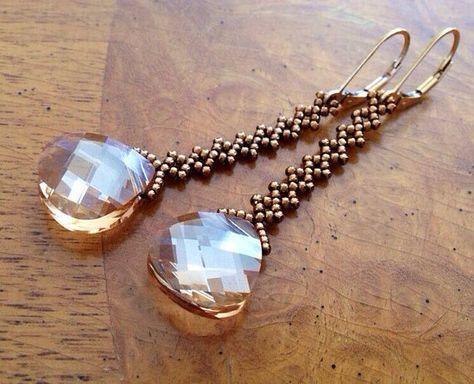 Estos pendientes de oro cristal Swarovski brillantes presentan un 14x15mm sombra oro Swarovski plana briolette, beadwoven con rocallas de cristal bronce y finalizó con 14k gold-filled leverbacks. La longitud de los pendientes de la parte superior de la hippy en la parte inferior de la gota de cristal es de aproximadamente 2 3/8 pulgadas, 60mm. (Me gustaría personalizar el vestido para usted). Estos pendientes de oro con cristal hacen regalo de una gran dama. Por favor convo para dejarm...