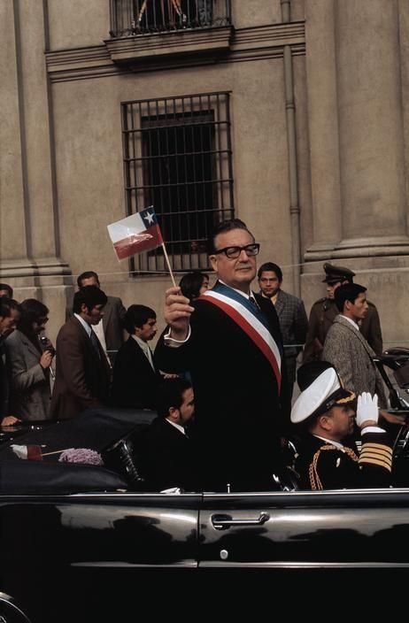 Salvador Allende Gossens, socialista, médico, diputado, ministro de estado, senador, presidente del senado, presidente de la república. Demócrata, consecuente, honesto, leal a su pueblo.