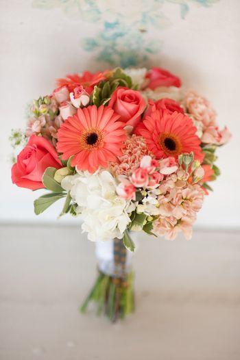 コーラルオレンジ系でまとめたガーベラとバラを花束の主役に。まわりを同系色の淡い小花をちらしてボリュームを出しています。 ビビッドカラーを使うときは、メインの1色を決めておくとまとめやすいみたい。