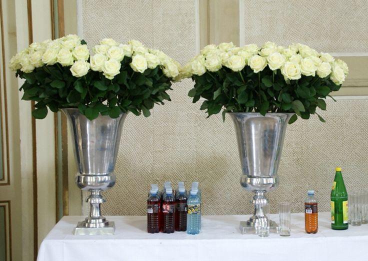 weiße rosen für den buffettisch / white roses for the buffet table. www.blumenkultur.at