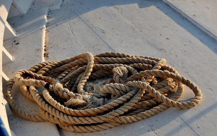 Σκηνές της ελληνικής ναυτικής ζωής, σκουριά χαραγμένη σε κάβους κι ανθρώπους, αρμυρισμένες ψυχές ανθρώπων και γλάρων,…