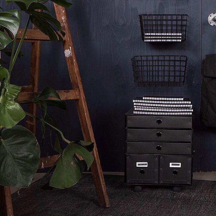Fixa en liten byrå snabbt.  Box dubbel och trippel på varandra på en hjulplatta och Fixa en liten byrå snabbt.  Box dubbel och trippel på varandra på en hjulplatta och voilà: Mobil byrå. ----------------- Quickly sort out a little drawer. Stack box double and triple on top of a wooden board on wheels and voilà: A mobile chest of draws #granitinstagram