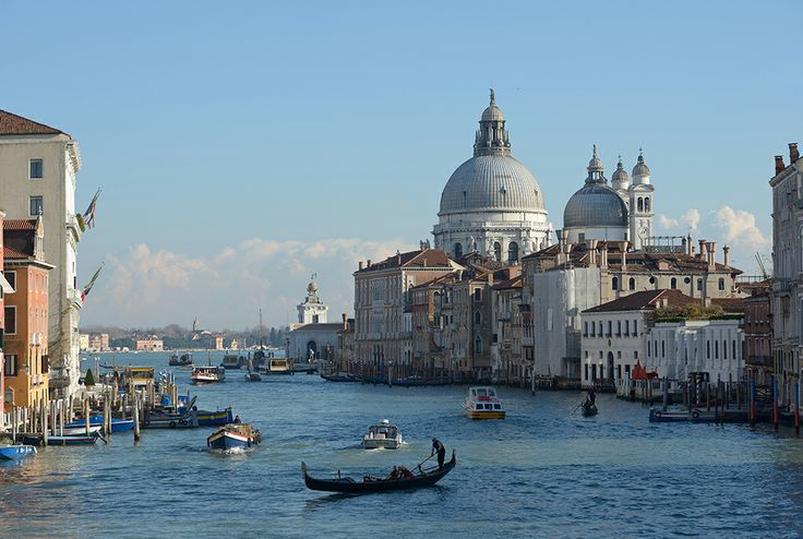 Velence fő vízi útja a Canal Grande (olaszul Canalazzo), a város fő ütőere, amely fordított S alakjának köszönhetően azt az érzést kelti az ideérkezőkben, mintha mindenütt jelen lenne. A 3,8 km hosszú csatorna átlagosan 30-70 m széles és 4-5 méter mély. A csatorna két partján paloták sorakoznak, amelyek a XI-XVIII. század közötti történelmét és művészetének fejlődését illusztrálják. www.velenceikarneval.hu