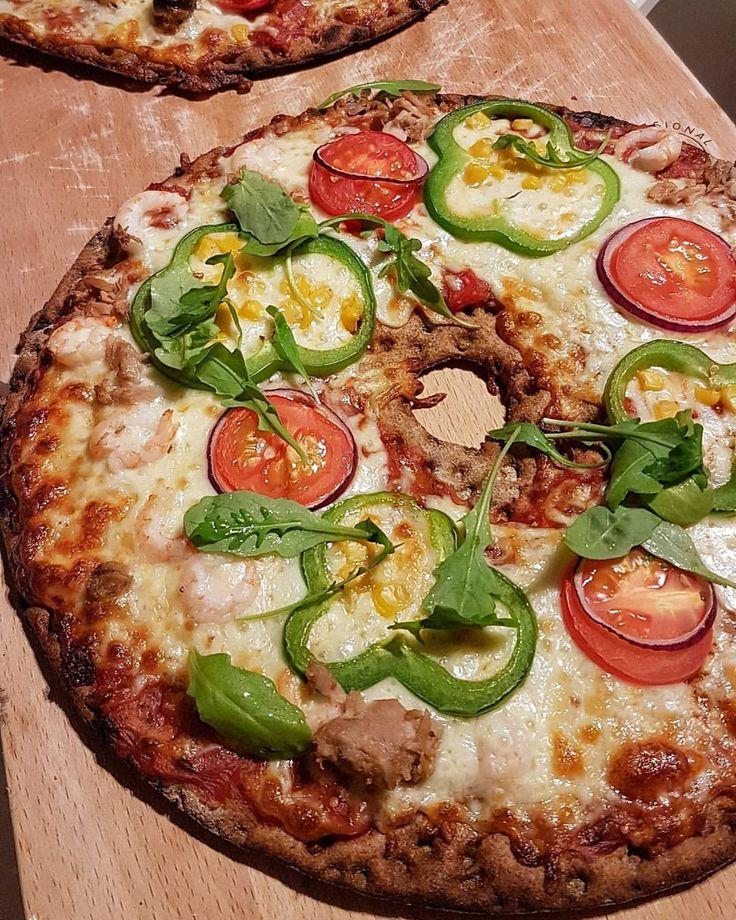 Det är många som vill se det färdiga resultatet, såhär blir pizzan. Mjuk och god. Inte alls hård som knäckebröd🍕 Hann inte ta så snygga bilder, familjen var jättehungriga🙈 Om ni inte testat knäckepizza så MÅSTE ni göra det🙌 . Skriv KNÄCKEPIZZA i bloggens sökruta så hittar du recept och olika förslag på topping❤ pizza knäckebröd knäckebrödspizza MyFood MyRecipe