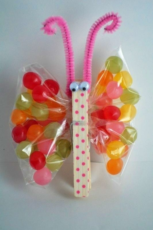 Ideas de dulceros para fiesta infantil Cuarta idea: con bolsitas y pinzas. Los tipos dulceros de mariposas son muy comunes y lucen bastante, son bolsas, limpia pipas, una pinza para ropa y ojitos: