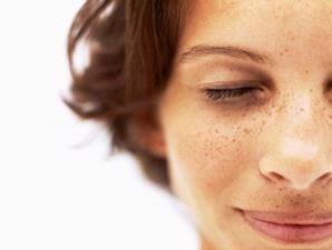 Tuntaskan Flek Hitam Di Wajah Anda