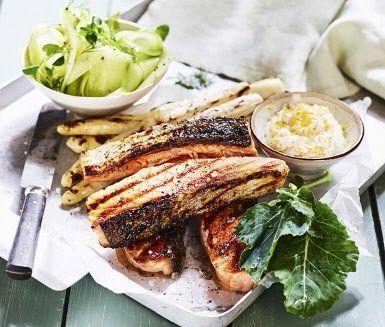 Recept på en härlig sommarkväll - grillad laxfilé och grillad sparris, en kall romsås och en frisk gurksallad med kålrabbi, dill och citron. Servera med färskpotatis och njut.