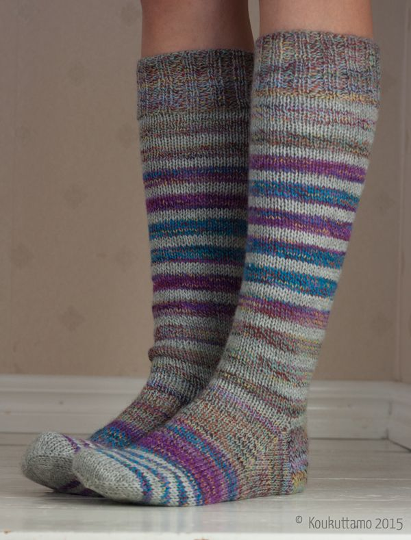 Hand knit striped socks. I used Lang Fantomas and Wendy Roam Fusion yarns. | Raitasukat Langin Fantomasista ja Wendyn Roam Fusionista | Koukuttamo