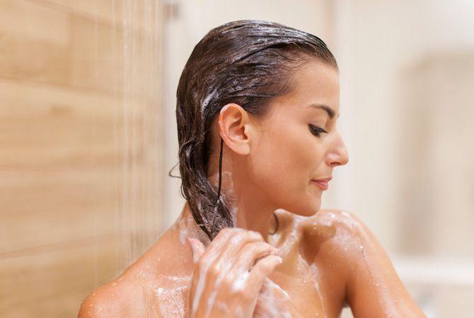Beim Reverse Washing wird erst die Spülung, dann das Shampoo benutzt. Feines und fettiges Haar soll so nicht beschwert werden und mehr Volumen erhalten.