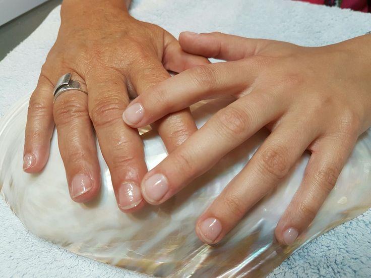 Moeder en dochter nageltjes lakken voor de bruiloft