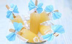 So richtig exotisch wird es mit dem Ananas-Wasserglace. Dafür kochen Sie in einem Topf 450ml Wasser auf. Hinzu nehmen Sie 2 ungespritzte Limetten, von einer schneiden Sie die Schale in breiten Streifen ab und geben sie zusammen mit 140g Zucker in das Wasser. Nach 5 Minuten kochen vom Herd nehmen und abkühlen lassen. Die Limettenschalen wieder herausnehmen. Beide Limetten nun in eine separate Schüssel auspressen. Eine Ananas schälen, den Strunk rausschneiden und das Fruchtfleisch fein…