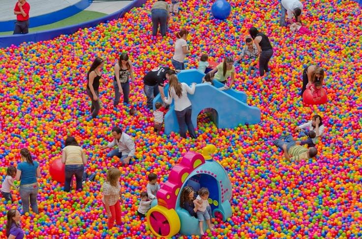 Piscina de pelotas gigante mundo fiesta 2013 pinterest for Pelotas para piscina