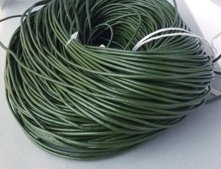 Купить или заказать Шнур кожаный 2 мм темно-зеленый для украшений в интернет-магазине на Ярмарке Мастеров. Кожаный шнур натуральный, цветной, диаметр 2 мм.