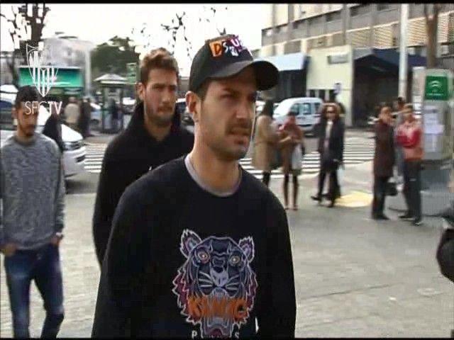Vitolo visita un Hospital con el Sevilla fc