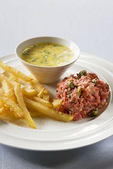 """Food & Styling: recept en foto van een steak tartaar met frieten, een Belgische klassieker gekend onder de naam van """"filet américain"""""""