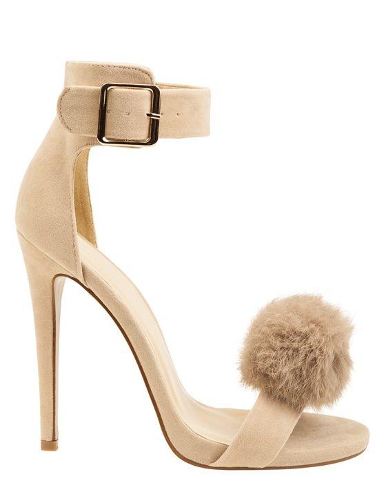 Fina beige sandaletter med söt fuskpälsdetalj. Höga klackar och bred ankelrem.