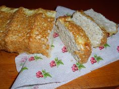 Kenyér – tojásfehérje + világos liszt 6 db tojásfehérje 4-5 evőkanál szezámpehely 2 evőkanál világos magőrlemény vagy pellet (pl. mandula-, makadámdió, szezám-, vagy amarantliszt) 2 evőkanál olvasztott zsiradék – pl. sertészsír, vagy jászvaj (ghee) Késhegynyi szódabikarbóna Só ízlés szerint