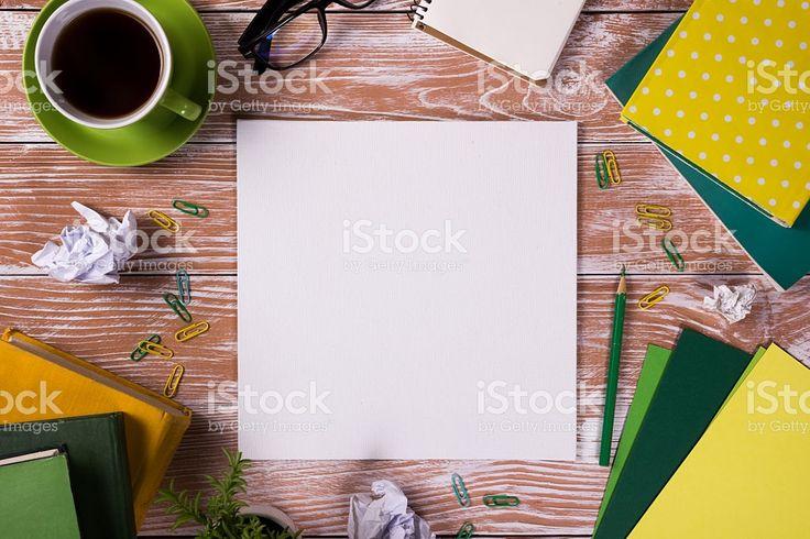 Ufficio tavolo con forniture per ufficio, bianco vuoto nota Pad, Coppa foto stock royalty-free