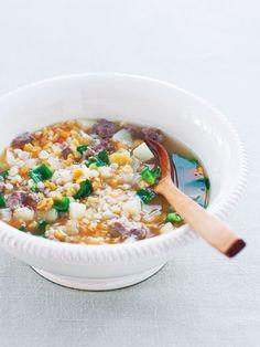 具だくさんのスープは胃腸に優しい味付けで、夏バテ解消にいい素材が盛りだくさん。はと麦は美肌効果、じゃがいもにはビタミンC、 たっぷりのしょうがは食欲増進や血行アップ、たまねぎは血液サラサラ効果……、と体にいい素材がたっぷり。しょうがが効いているので、すっきりとした味わいで、しかも飲んでいる最中から体がじわじわと温まる。冷房に当たり過ぎて不調のときにもぜひ食べてほしい一品。|『ELLE a table』はおしゃれで簡単なレシピが満載!