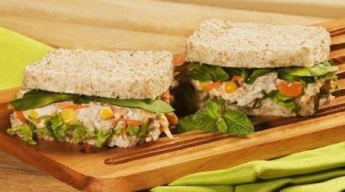 pasta com atum, milho, cenoura, hortelã, maionese Hellmann´s Deleite, montado no pão de fôrma integral com alface e rúcula