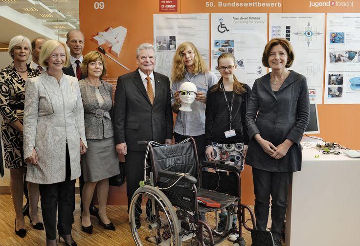 Bundespräsident Joachim Gauck (4. v. rechts), Bundesbildungsministerin Prof. Dr. Johanna Wanka (2. v. links), die rheinland-pfälzische Ministerpräsidentin Malu Dreyer (rechts) sowie der Vorstandsvorsitzende der BASF Dr. Kurt Bock (3. v. links) gratulieren den Bundessiegern Myrijam Stoetzer (14) und Paul Foltin (15) aus Duisburg