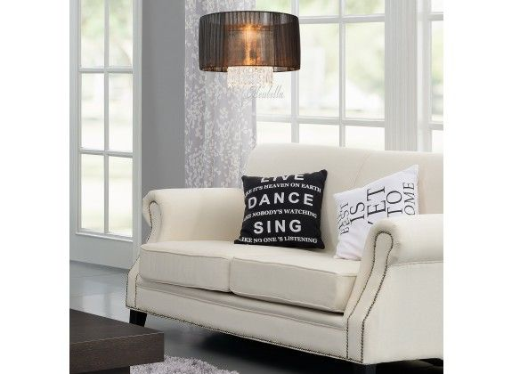 Hanglamp Rome. Hanglamp Rome is een lamp voor binnen in huis of op kantoor met een elegante en stijlvolle uitstraling. Deze lamp is voorzien van een lampenkap met zwarte stof en hangers met steentjes. Wordt geleverd exclusief lichtbron.