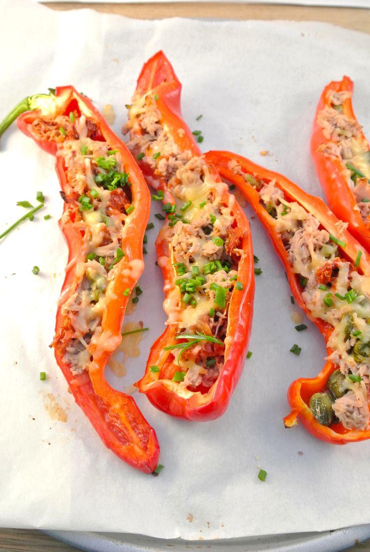 Een lekker en simpel bijgerecht: puntpaprika's met tonijn, zongedroogde tomaten en kappertjes. Heel makkelijk om te bereiden maar erg lekker! Met de ingrediënten kan ook gevarieerd worden
