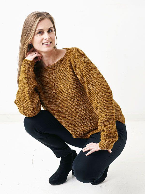 Retstrikket sweater med slidser i siderne. Denne sweater er så nem at strikke, at også begyndere kan være med! Få en strikkeopskrift her.