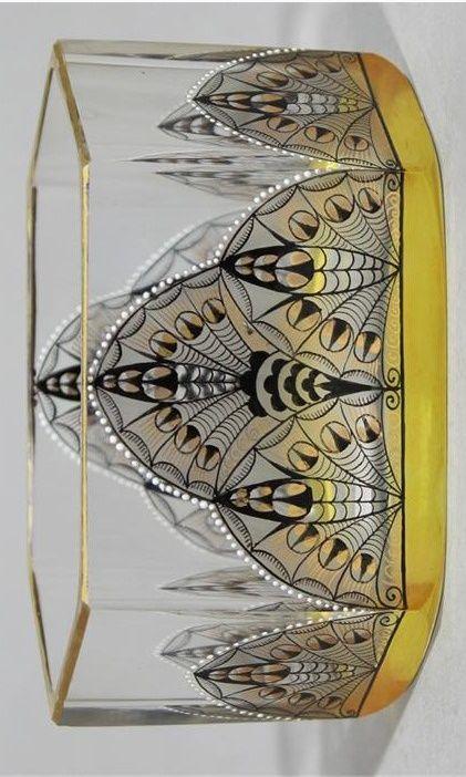 Adolph Beckert . Sechspassige Zierschale. Farbloses, teils seidenmatt geätztes Glas mit Ornamentmalerei in Schwarzlot und Gold. Goldrand. Gebrauchsspuren. Glasfachschule Steinschönau, um 1915. 6x 11,5x 6 cm.