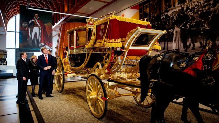 Koning Willem I bestelde de Glazen Koets in 1821 bij de Brusselse rijtuigbouwer Pierre Simons, die het rijtuig in 1826 afleverde. Het is daarmee het oudste rijtuig van het Koninklijk Staldepartement en wordt alleen bij speciale gelegenheden gebruikt. Zo was de koets onder meer te zien bij het huwelijk van Prinses Juliana en Prins Bernhard en het huwelijk van Prinses Beatrix en Prins Claus. Foto: Louwman Museum,