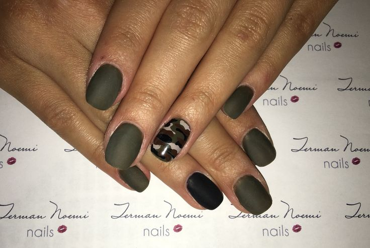 Camo, khaki, nails, love nails! 💚🖤