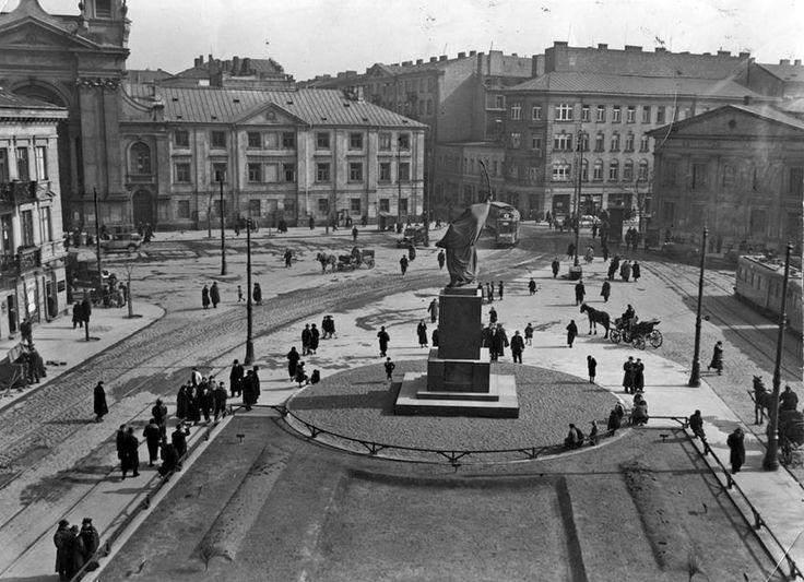 Warszawa  lat trzydziestych XX wieku.  Plac Krasińskich z pomnikiem Jana Kilińskiego. W głębi ulica Miodowa. Kwiecień 1936.