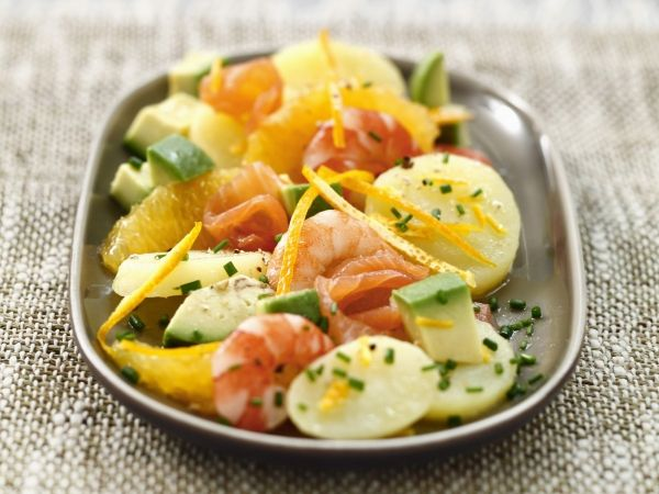 Lauwe salade met scampi, pompelmoes, aardappel, wortel en avocado