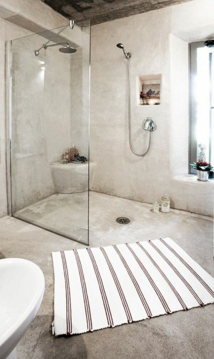 salle de bain en béton ciré beige, tapis beige blanc salle de bain chic