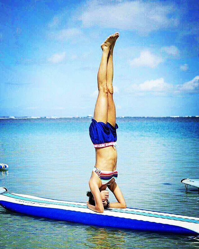 Headstand on SUP board#sup#supyoga#ilovehawai#healthylifebykelly#yogalifebykelly#headstand#yoga#kapalili#shokoyoga#headstandonsupboard Photografer Uchida Hisashi @uhisac
