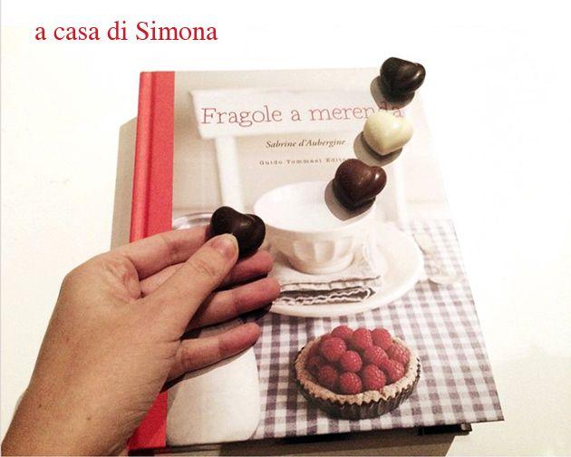 """""""Fragole a merenda a casa di Simona"""", che scrive messaggi d'amore con lettere di cioccolato...    #quifragoleamerenda"""